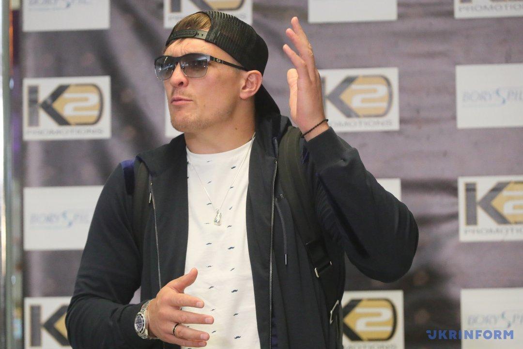 Український боксер, чемпіон світу за версією WBO у важкій вазі Олександр Усик відповідає на запитання журналістів під час його зустрічі в Міжнародному аеропорту