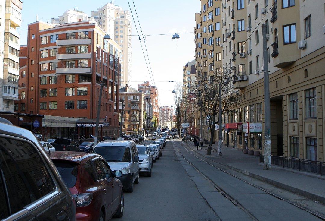 Стихійна стоянка на вулиці Дмитрівській  // Фото: Данила Шамкіна. Укрінформ