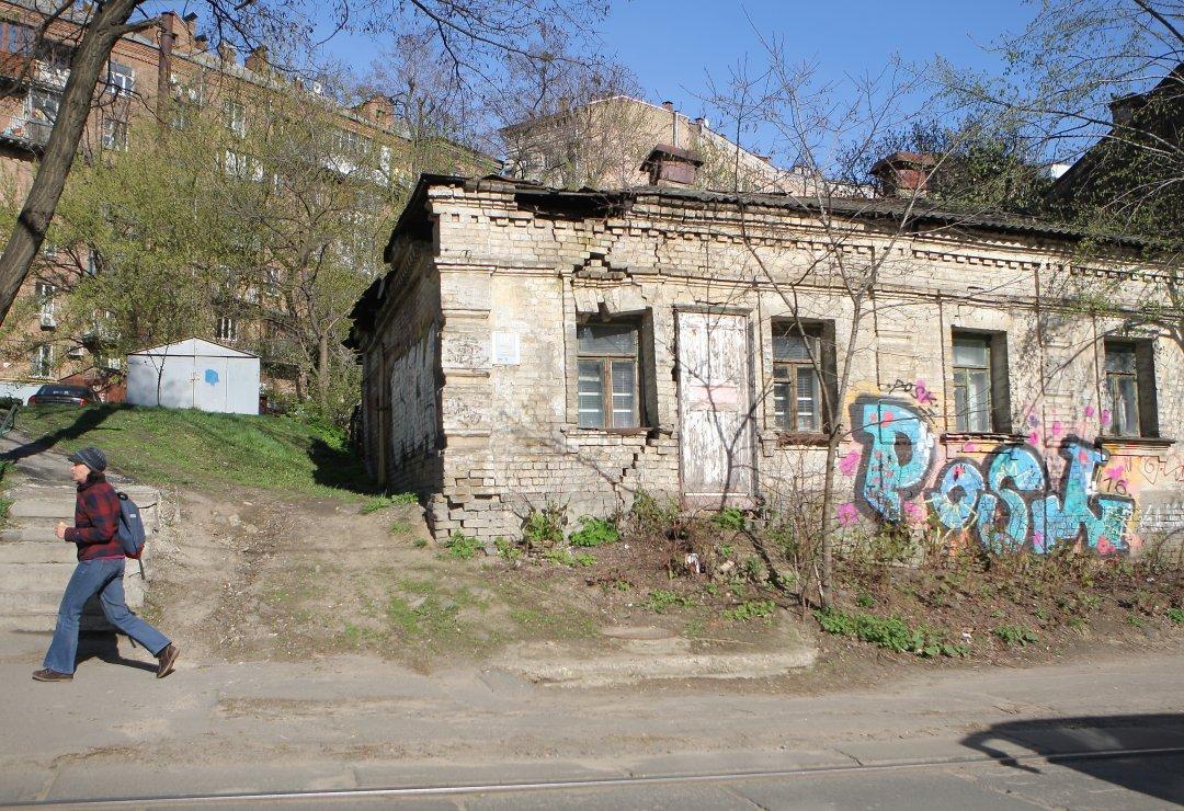 Графіті на занедбаному будинку, що по вулиці Дмитрівскій // Фото: Данила Шамкіна. Укрінформ