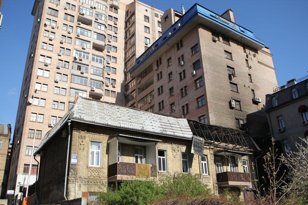 Постраждилий від пожежі будинок на вулиці Дмитрівській // Фото: Данила Шамкіна. Укрінформ