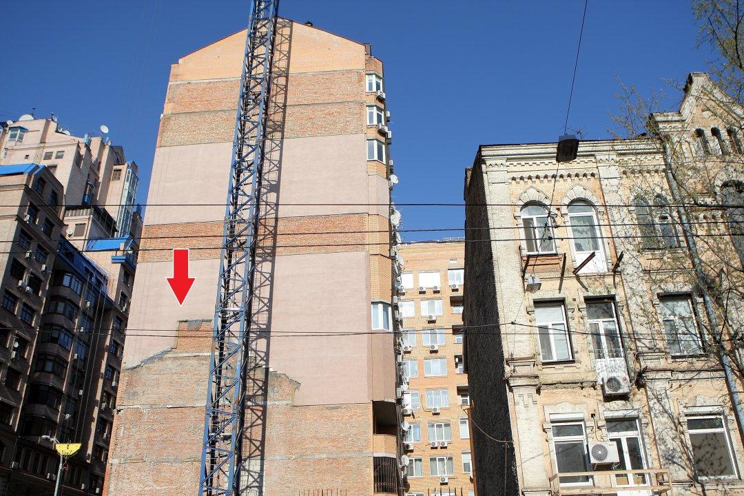 Будівництво на місці симпатичного триповерхового будинку початку ХХ століття, що по вулиці Дмитрівській, 60 // Фото: Данила Шамкіна. Укрінформ