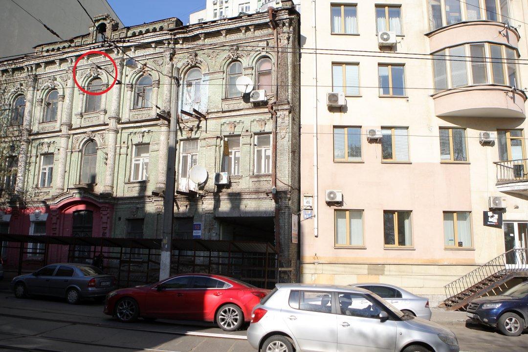 Маскарони у вигляді ангельських голівок (обведено червоним) на будинку 1903 року, що по вул. Дмитрівській, 52 // Фото. Данило Шамкін. Укрінформ