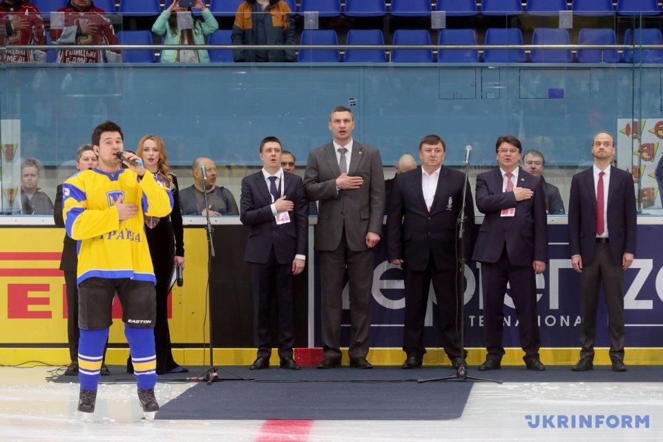 В'ячеслав Кириленко, Віталій Кличко (у центрі зліва направо) та Ігор Жданов (другий праворуч)