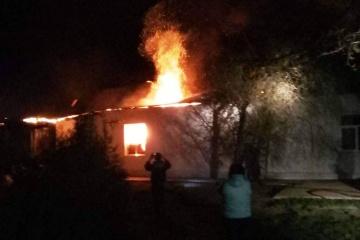 Les troupes russes bombardent un village:  six maisons incendiées