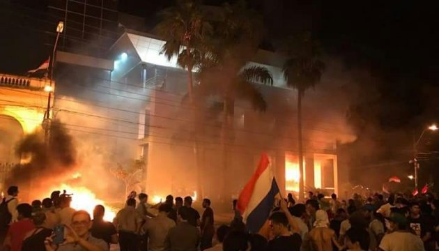У Парагваї протестувальники підпалили будівлю парламенту