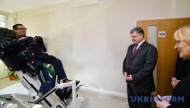 Порошенко посетил украинских военных, которые проходят реабилитацию в Латвии