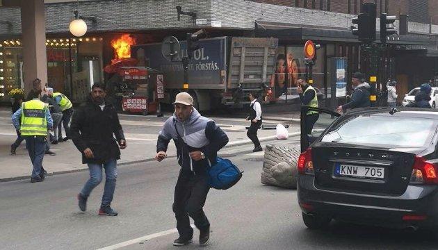 Мужчину, который въехал в толпу в Стокгольме, обвинили в теракте