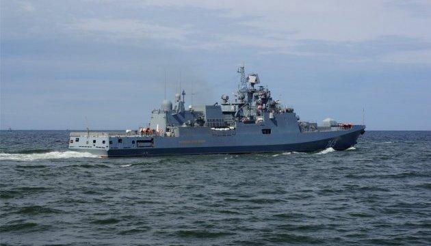 Російський фрегат підходить до есмінців США, які атакували авіабазу Асада
