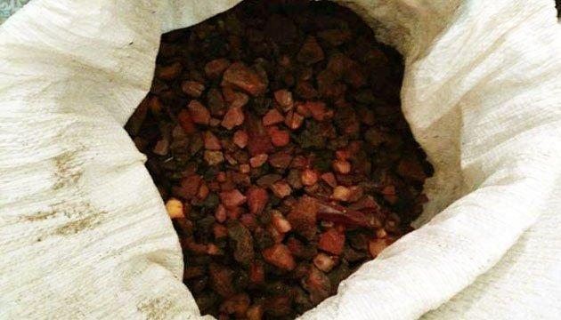 Польські митники виявили близько 30 кілограмів контрабандного бурштину з України