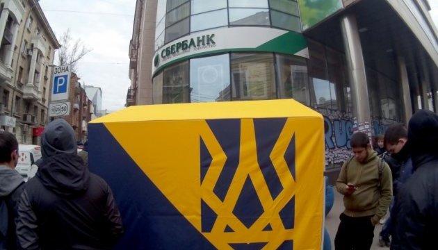 Блокада Сбєрбанку в Харкові: поліцейському бризнули в очі невідомою речовиною