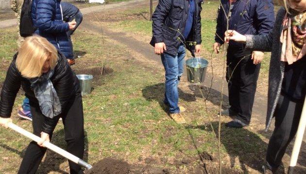 Геращенко побувала на Авдіївському коксохімі й посадила акації