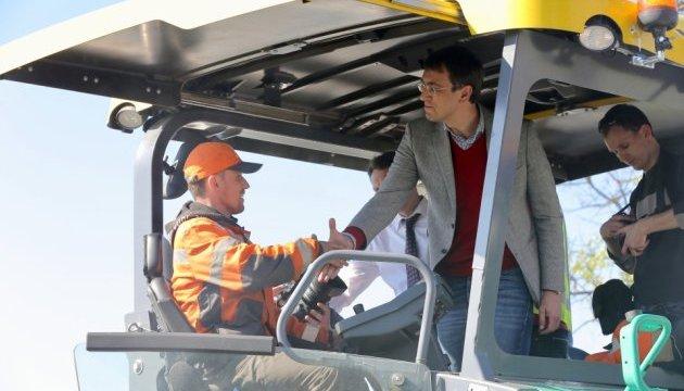 Омелян перевірив ремонт траси Н-02: обіцяє нову якість шляхів уже цього року