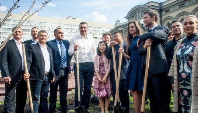 Віталій Кличко з послом Японії висадили сакури біля Національної опери