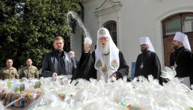 Патріарх Філарет освятив та передав паски для бійців АТО
