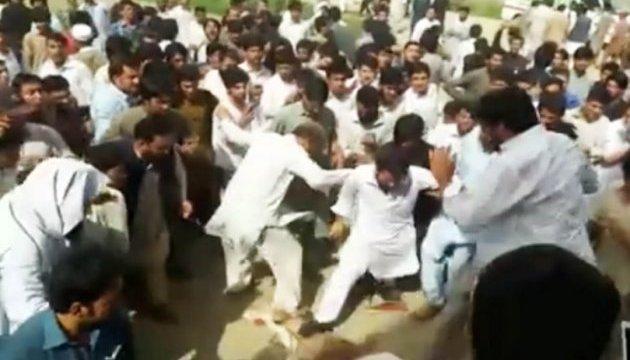 У Пакистані розлючений натовп убив студента