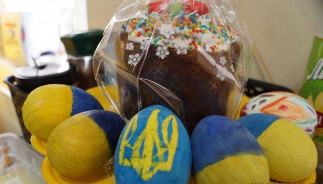 Волонтери передали тисячу пасок українським військовим на передову й у шпиталі