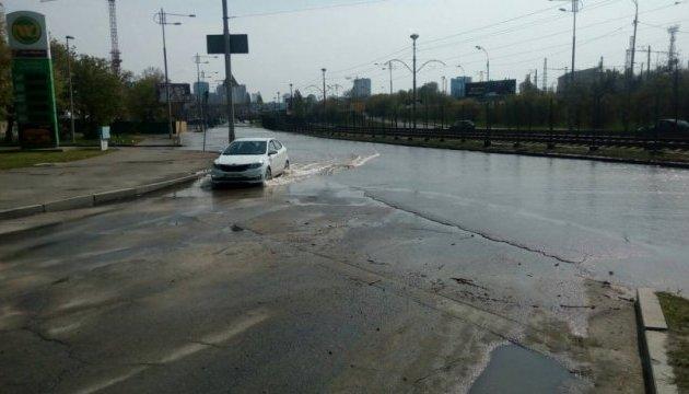 У Києві затопило вулицю, по якій курсує швидкісний трамвай