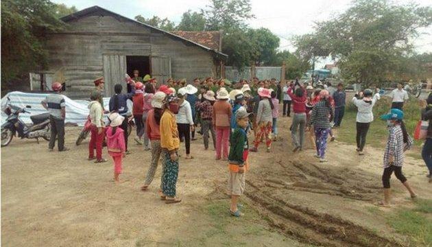 Жители деревни во Вьетнаме взяли в заложники десятки полицейских