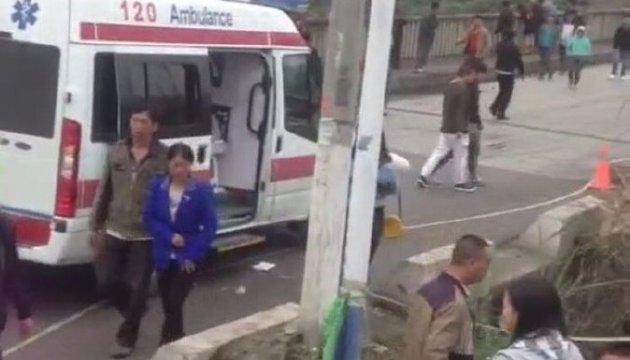 У Китаї автобус впав у річку, 10 людей загинули