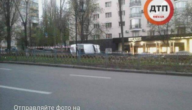 ДТП у центрі Києва: автомобіль злетів з дороги і перекинувся