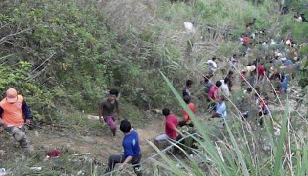 Аварія автобуса на Філіппінах: кількість жертв збільшилася до 31