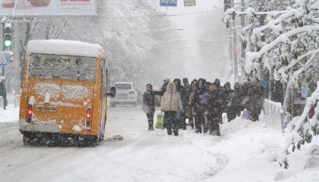 Сильний снігопад у Львові: прибиральна техніка працюватиме цілодобово