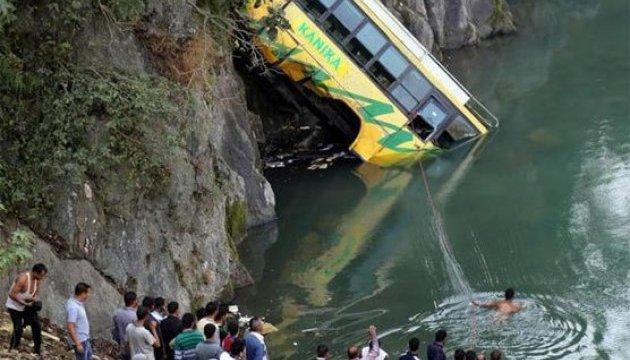 В Індії автобус впав в ущелину, 44 загиблих