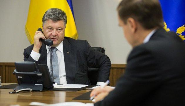 Poroshenko habla con Macron en vísperas de su reunión con Putin
