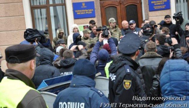 Сутички під Тернопільською мерією завершилися для двох депутатів лікарнею