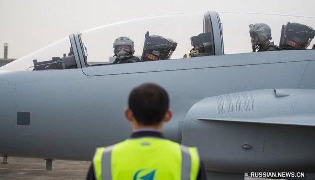 Китайский учебно-боевой истребитель успешно провел свой первый полет