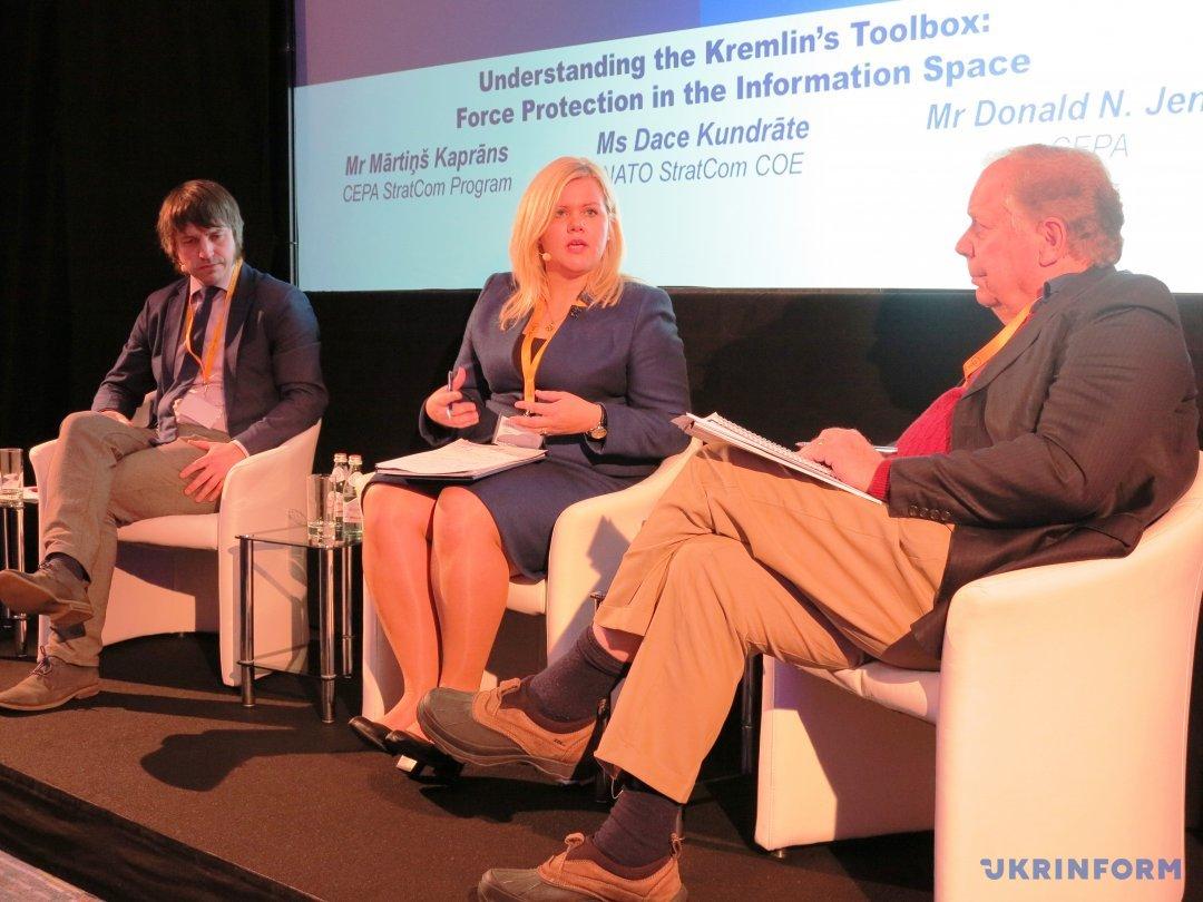 Мартиньш Капранс (CEPA), Даце Кундрате (StratCom COE) и Дональд Дженсен (CEPA) во время обсуждения
