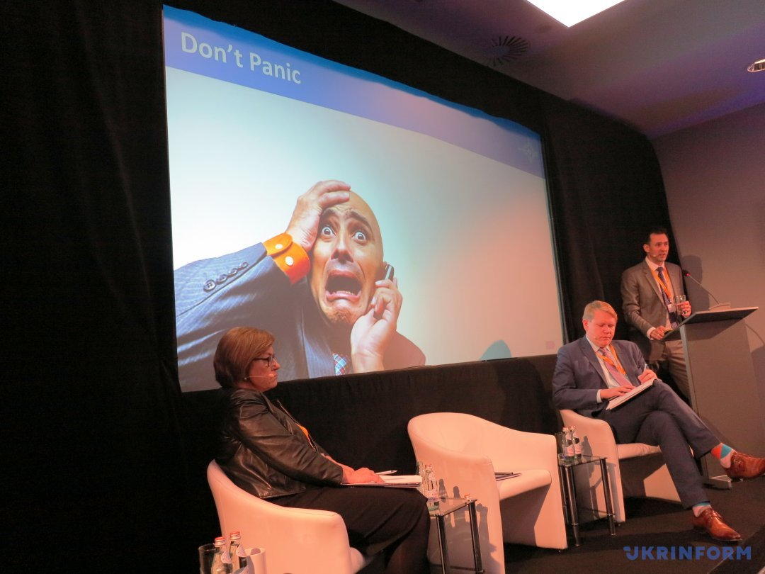 Выступает Рольф Фредхейм (StratCom COE), сидят – Магда Вальтер (руководитель Международного бюро медиа-консультаций) и Питер Доран, вице-президент CEPA