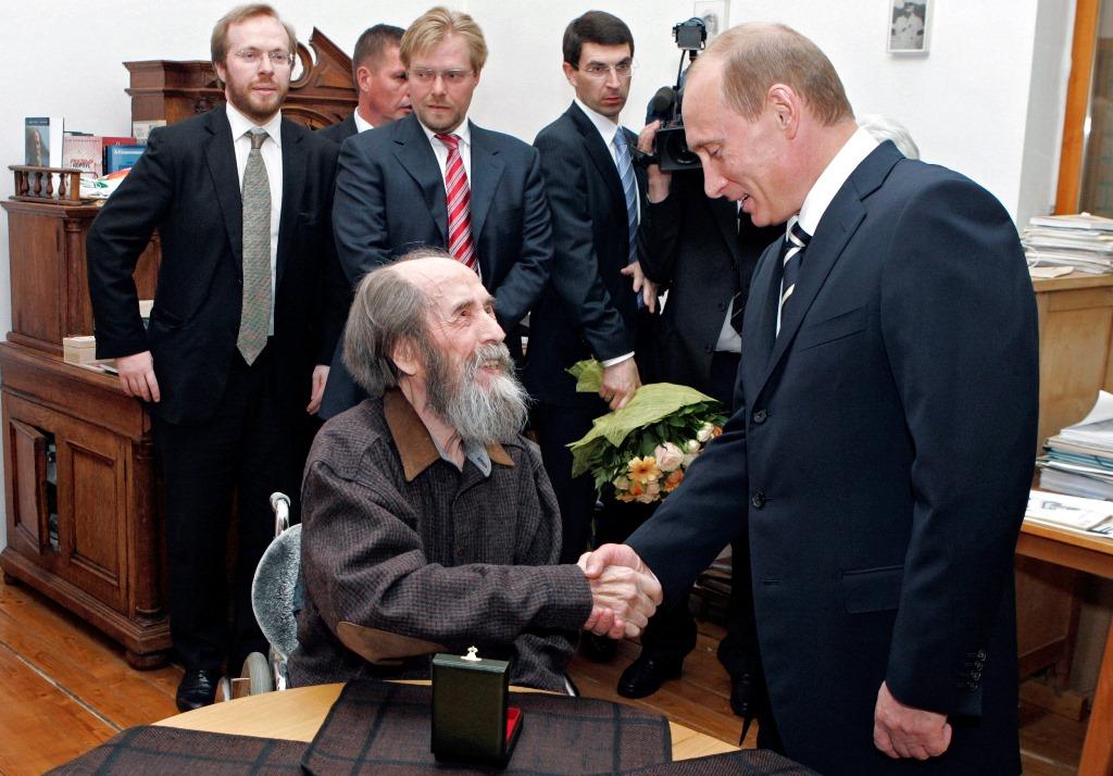 Володимир Путін вручає Державну премію Росії Олександру Солженіцину, 2006 рік