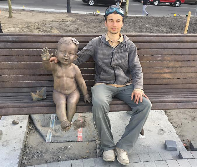 Скульптор и его творение – маленькая Лыбедь на бронзовой лавке