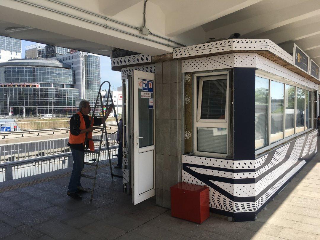 Ремонтник доводить до ладу кабіну чергового по станції // Фото: Мирослав Ліскович
