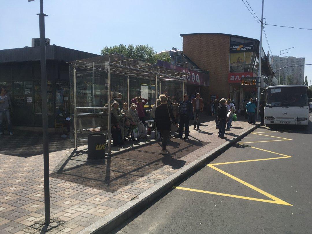 Нова скляна транспортна зупинка, оснащена електронним вказівником // Фото: Мирослав Ліскович