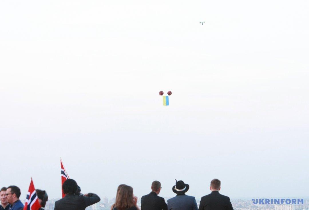 Повітряні кульки з прапором України, випущені у небо