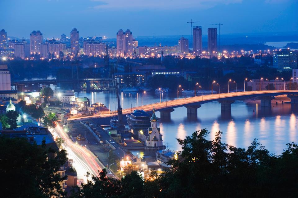 Падіння місцевої валюти зробило Київ раєм для вигідних покупок.