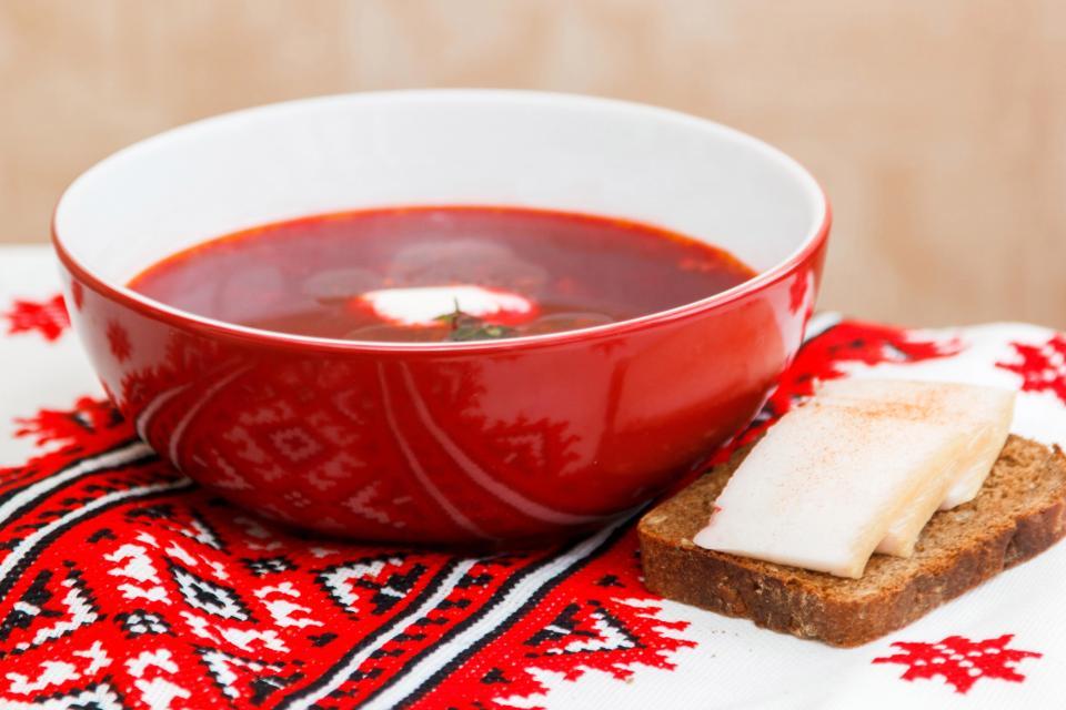 Одна з найпопулярніших національних страв - український борщ.
