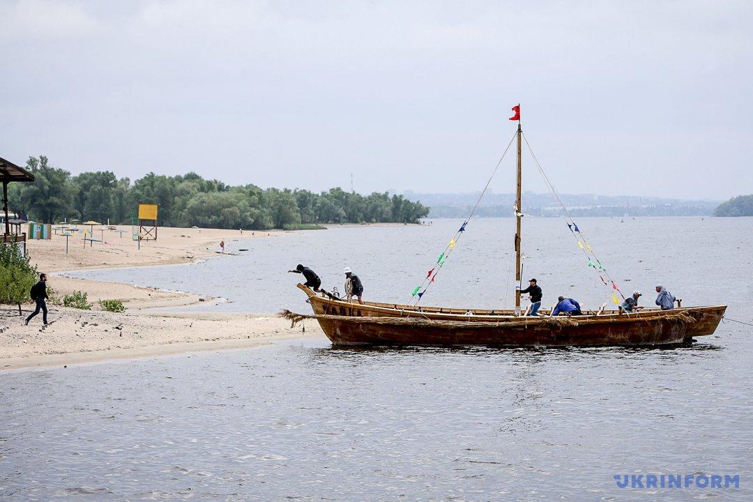 Прокататися Дніпром на козацькому човні пропонують у Запоріжжі