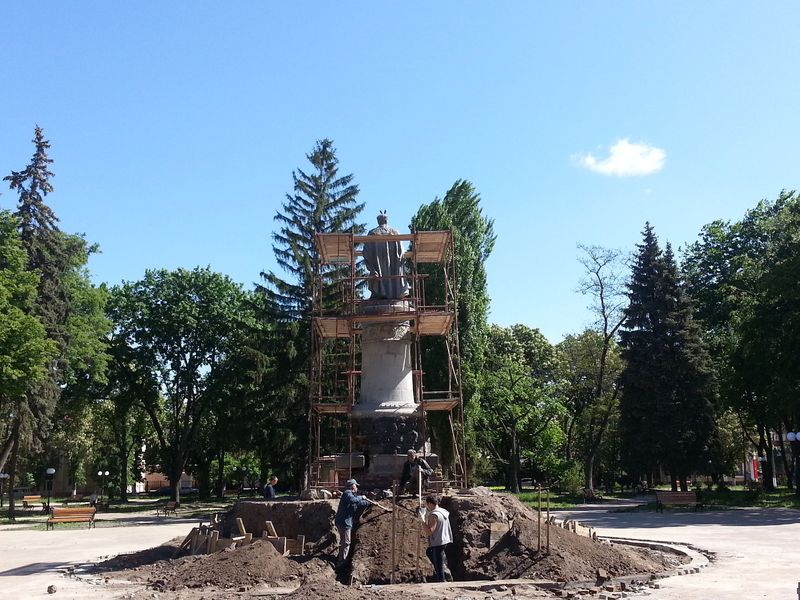 ВЧернигове монумент Хмельницкому развернут спиной к столицеРФ