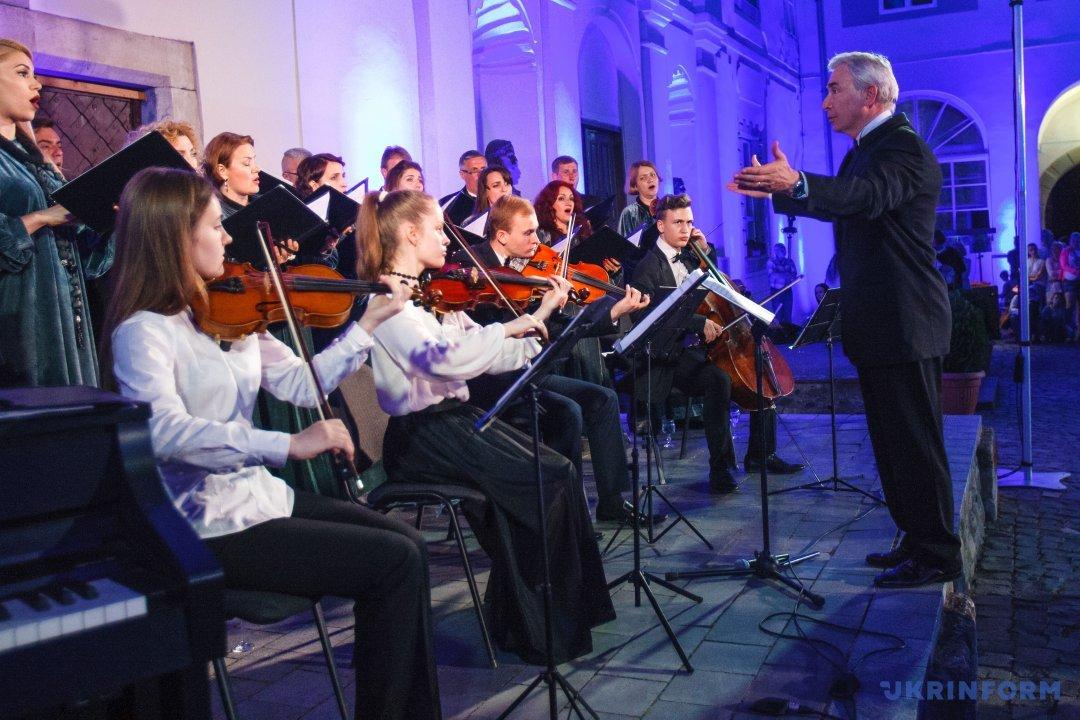 Художній керівник і диригент академічного камерного хору Cantus Еміль Сокач (праворуч) та музиканти
