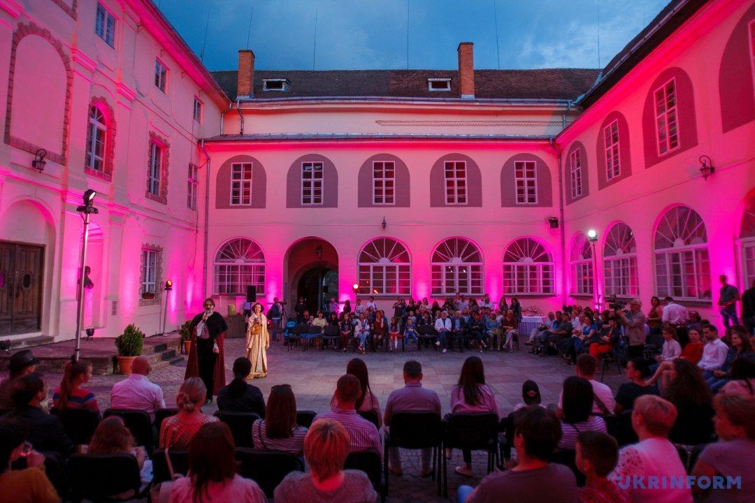 Нічний Ужгородський замок показав таємничий експонат і фаєр-шоу