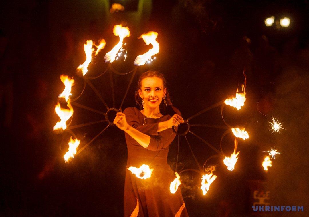 Учасниця театру вогню Fire Life