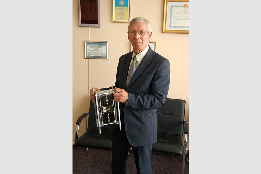 Керівник лабораторії теплових труб і наноспутникових технологій при КПІ Бориса Россомакін з наносупутником PolyITAN-2