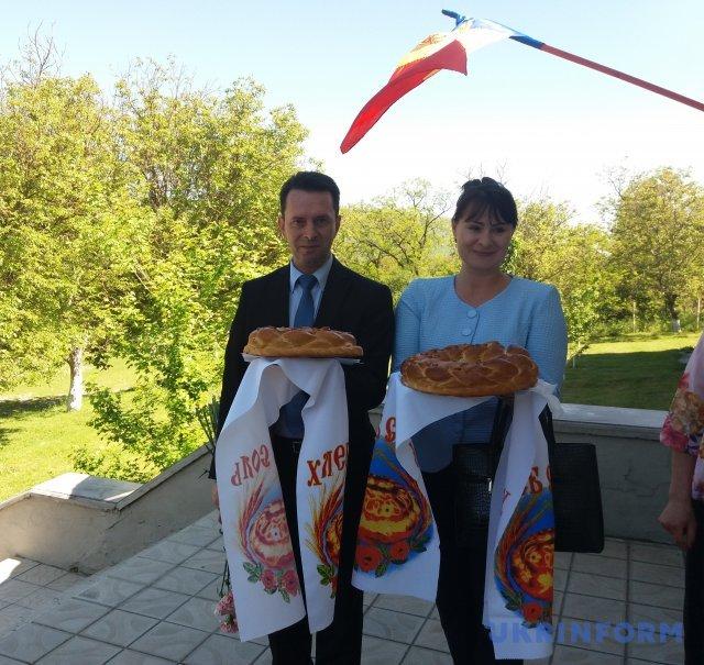 Дипломатів українського посольства зустрічають хлібом-сіллю