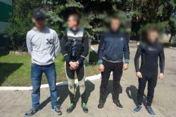"""На кордоні з Румунією затримали чотирьох """"водолазів"""" із партією сигарет"""
