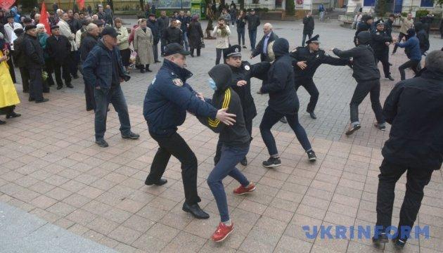 У Вінниці молодики у масках накинулися на мітингувальників