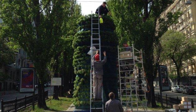 На місці пам'ятника Леніну в Києві з'явився п'єдестал з м'ятою і розмарином