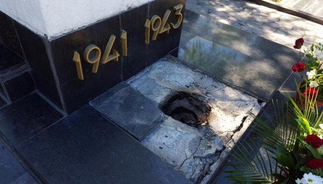 Вандали понівечили братську могилу визволителів Харкова